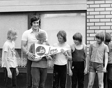 Winipeg Jets -viiri liehui ja porilaispojat olivat haltioissaan, kun kaupungin kiekkotähti vieraili kotinurkilla vuonna 1975.