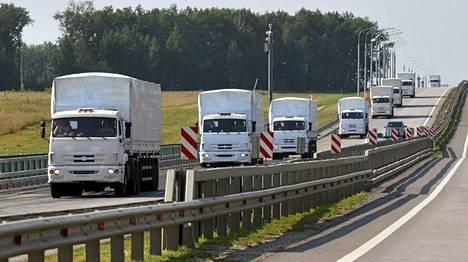 Kohti Ukrainaa matkaava autosaattue on kilometrien pituinen.