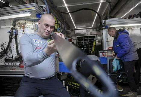 Kahden viime kauden ajan huoltopäällikkönä työskennellyt Aki Hukka (vas.) jätti pestinsä viime kauden jälkeen.