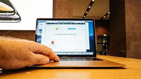 Nettishoppailu työkoneella saattaa muodostaa tietoturvariskin. Uhkia ovat muun muassa väärennetyt nettikaupat ja tietojenkalastelu.