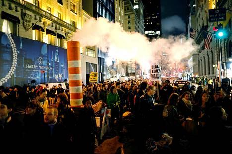 Mielenosoittajia pyrkimässä kohti Trump Toweria New Yorkissa.