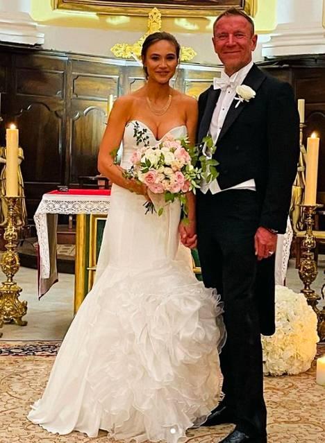 Renny ja Johanna Harlinin avioliiton siunaustilaisuus järjestettiin englanniksi, ja se noudatti pitkälti perinteisen hääseremonian kaavaa.