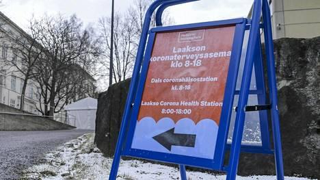 Laakson koronaterveysasema Helsingissä 21. maaliskuuta 2020. Aseman pihalle pystytetyissä lämmitetyissä teltoissa tehdään ensimmäinen arvio potilaan hoidon tarpeesta.