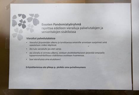 Valona Vanhuspalveluiden asumispalveluyksikön oveen on kiinnitetty Essoten pandemiatyöryhmän tiedote.