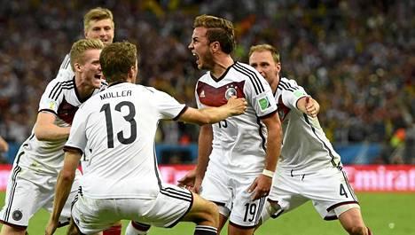 Mario Götze (kesk.) ratkaisi Saksalle maailmanmestaruuden.