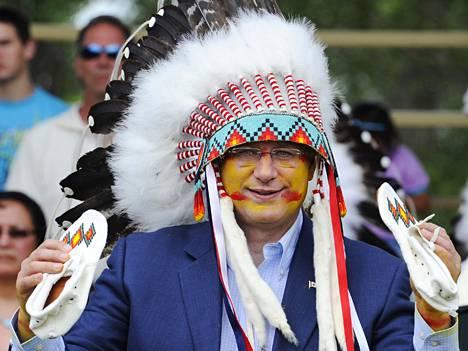 Jopa pukumiehen perikuva, Kanadan pääministeri Stephen Harper on esiintynyt perinteisissä mokkasiineissa. Nykyaikaisemmat mallit ovat arkikäyttöön parempia.