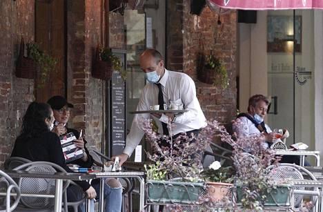 Italian espressobaarit aukesivat yli kahden kuukauden tauon jälkeen.