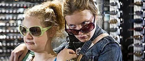 Tytöt baanalla: Outi Kero ja Elena Leeve elokuvassa Vähän kunnioitusta.