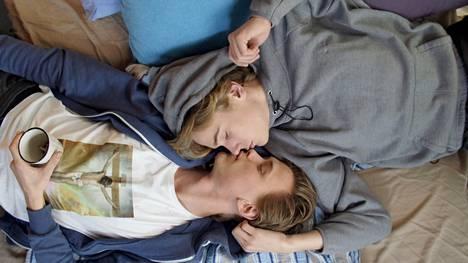 Skamin Isak (Tarjei Sandvik Moe) rakastui Eveniin (Henrik Holm).