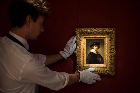 Mestari itse. Lontoon Sotheby's-huutokauppa esitteli tiistaina pian myyntiin tulevaa, hollantilaistaiteilija Rembrandtin harvinaista omakuvaa.