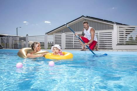 Ritan ja Akin Porin-kodissa on hulppea uima-allas.