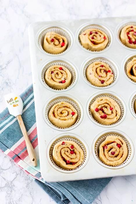 Laita paperiset vuoat muffinssipellin koloihin ja nosta pullapalat leikkuupinta ylöspäin vuokiin. Paista pikapullia 175 asteessa noin 15-20 minuutin ajan.