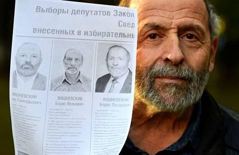 Jablokon Boris Vishnevski on Pietarissa ehdolla sekä valtioduumaan että Pietarin kaupunginvaltuustoon eli lakiasäätävään kokoukseen. Vaaleissa Vishnevskiä yritetään häiritä peräti kahdella liki samannäköiseksi käsitellyillä kaimaehdokkaalla.