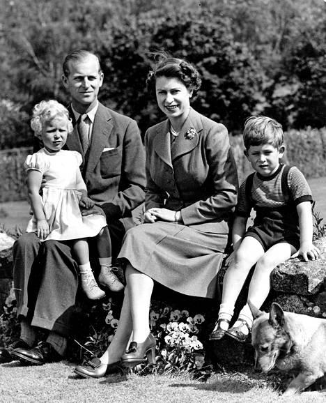 Annen on kuvailtu olleen lapsena isänsä prinssi Philipin silmäterä. Isältään Anne peri rakkauden ulkoiluun ja urheiluun, kuningatar Elisabet puolestaan tutustutti tyttärensä pienestä pitäen hevosurheilun pariin.