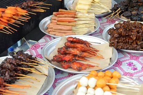 Ruoka on samanoloista kuin Malesiassa ja Indonesiassa. Katuruoka on halpaa.