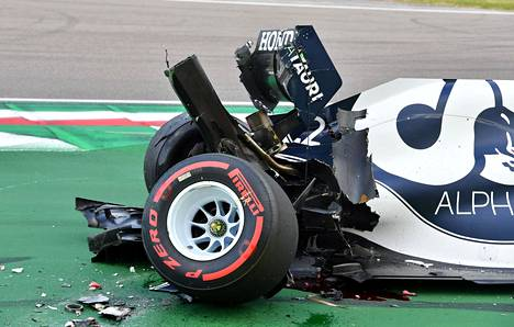 Yuki Tsunoda romutti autonsa 1. osiossa.