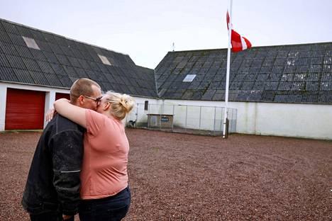 Peter ja Trine Brinkmann Nielsen nostivat tilansa lipun puolitankoon. Pariskunta sai määräyksen 250000 minkin hävittämisestä 5. marraskuuta.