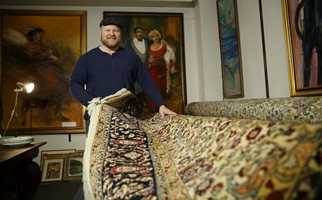 Huutokauppahune Aleksin toimitusjohtaja Sami Taustila esittelee mattoharvinaisuutta. Matto ei ihan jokaiseen olohuoneeseen mahdu. Kokoa matolla on 300 x 420 senttiä.