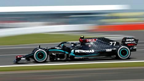 MM-sarjassa toisena oleva Valtteri Bottas vauhdissa Silverstonen radalla.