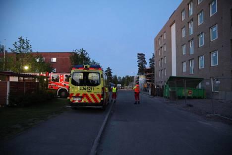 Paikalla on myös ambulanssi.