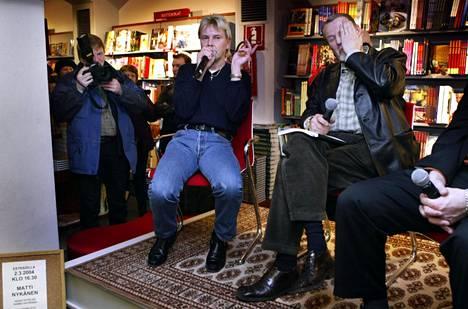 Matti Nykänen kirjansa myyntitilaisuudessa Helsingissä 2004. Haastattelijana Raimo Häyrinen.