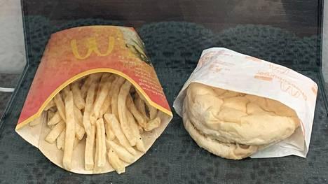 Islantilaismies osti McDonald'sista kymmenen vuotta sitten juustohampurilaisen ja ranskalaiset nähdäkseen, pitääkö urbaanilegenda ruokien maatumattomuudesta paikkansa.
