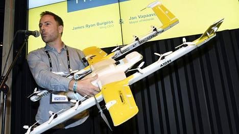 Wing-yhtiön James Burgess esitteli lennokkia Slush-tapahtumassa.