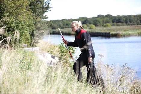 Tanskan pelastuslaitoksen sukeltaja tutkii paikkaa, josta Kim Wallin torso löytyi.
