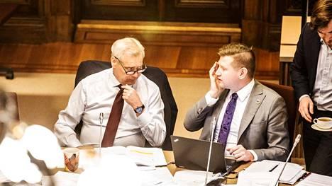 Mikko Koskinen siirtyi liikenne- ja viestintäministeriöön Sdp:n poliittisen valmistelun päällikön tehtävästä. Kuva hallitusneuvotteluista, vasemmalla pääministeri Antti Rinne (sd).