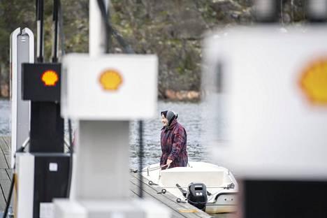 """Sipoon saaristossa asuvalle Ulla Winbergille  Helsingin palvelut kelpaavat, mutta rakentamissuunnitelmat saavat tylyn tuomion. """"Ne ovat ihan täysi fiasko."""""""