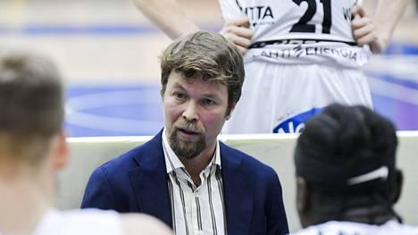 Lahti Basketballin päävalmentajalla Pieti Poikolalla ja koko joukkueella on ollut raskas viikko.