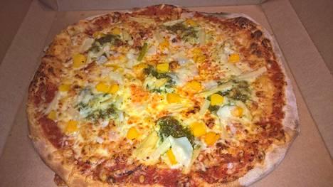 Ihmiskoe, osa 6. Parmesan-juusto, parsa, persikka, pestokastike* – pelkkää peetä. Yllätyselementtinä jokin outo kikkare keskellä lättyä. Viittasikohan siihen tuo pestokastikkeen yhteydessä mainittu tähti, jolle ei löytynyt pizzerian sivuilta selitystä? Muuten yllättävän hyvä ja tasapainoinen kokonaisuus. Kohta haisee pissi parsalta.