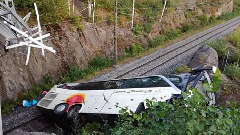 Turmabussi päätyi junaradalle. Kuolonuhrien ja pahiten loukkaantuneiden on kerrottu olleen bussin takaosassa.