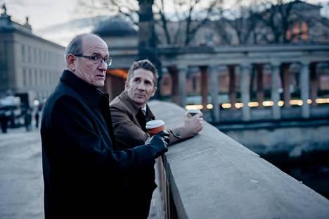 Richard Jenkins (vas.) näyttelee Berliinin-toimiston pomoa Steven Frostia