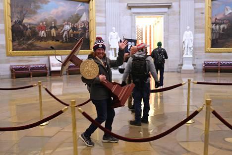 Tämä kuva Yhdysvaltain kongressin valtauksesta herätti presidentti Sauli Niinistön. Meno näyttää hauskalta, mutta on rikos. Joukossa tyhmyys tiivistyy, ja sen seuraukset kärsii lujasti tämäkin kuvassa oleva viiden lapsen isä.