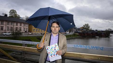 Porvoon kaupungin rahoitusjohtaja Henrik Rainio pitelee käsissään virkamiesjohdon luonnosta kestävän talouden ohjelmaksi vuosille 2020–2026. Virkamiesjohdon mukaan Porvoon talous on ajautumassa syvään taloudelliseen kriisiin koronapandemian vuoksi.