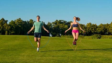 Hyppynarulla hyppiminen näyttää leppoisalta, mutta se voi olla myös tiukkaa treeniä.