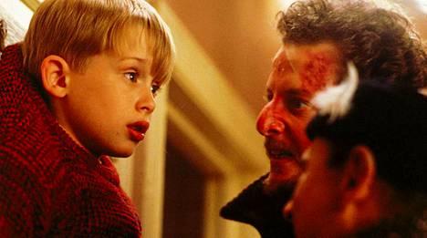 Macaulay Culkin esittämä Kevin pahisten (Daniel Stern ja Joe Pesci) kynsissä.