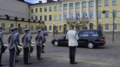 Surusaatto pysähtyi matkalla valtioneuvoston linnan, Suomen pankin ja Presidentinlinnan edessä.