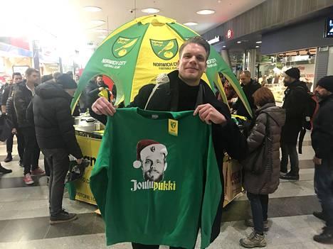 Onnellinen uuden paidan omistaja Jere Ihamäki esitteli ostostaan.