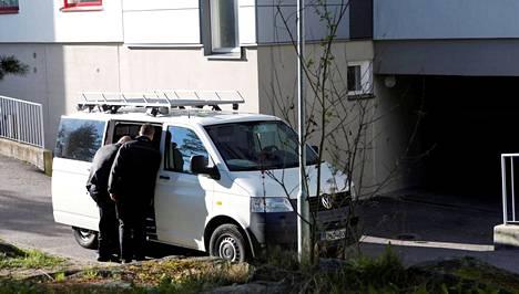 Poliisin tutkijoiden auto oli pysäköity perjantaina uhrin ja epäillyn kerrostalon eteen Laajasalossa Helsingissä.