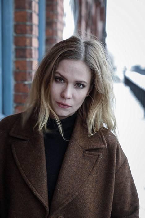 Pihla Viitala esittää Kaiken se kestää -elokuvassa aviopuolisoa, jonka suhteeseen lyö säröjä miehen toistuva uskottomuus.