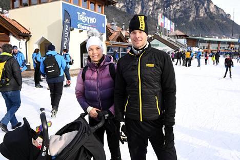 Niina Kelo ja Tero Pitkämäki seuraamassa Tour de Skin osakilpailua Val di Fiemmessä tammikuussa 2019.