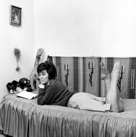 Iskelmälaulaja kotonaan 1963.