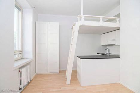 17,5 neliön tilaihme Helsingin keskustassa hyödyntää parviratkaisua ja valkoisia sävyjä, jotka tuovat runsaasti avaruutta pieneen asuntoon. Vuokra on 744 euroa kuussa.