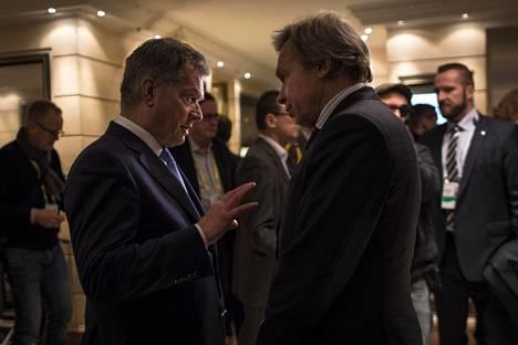 Aleksei Pushkov on tuttu myös presidentti Sauli Niinistölle. Miehet kuvattiin vuonna 2017 rupattelemassa Münchenin turvallisuuskokouksen väliajalla.