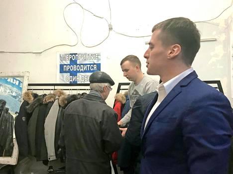 Markkinamies Pasha Bujanov oli pukeutunut siniseen takkiin suomalaismielikuvaa korostaakseen.