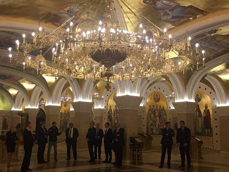 Timo Soini ja virkamiehet ehtivät pysähtyä hetkeksi ihastelemaan Pyhän Savan ortodoksikatedraalin alakerran temppeliä.