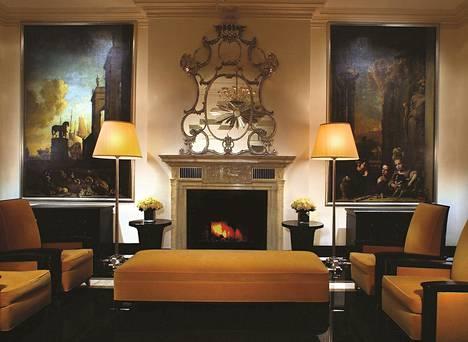 Jan Weenixin (n. 1641-1719) maalaukset ja tulisija vanhoine peileineen luovat arvokasta tunnelmaa The Carlylen hissiaulaan.