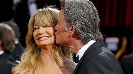 Goldie Hawn avopuolisonsa Kurt Russellin kanssa Oscar-gaalassa.